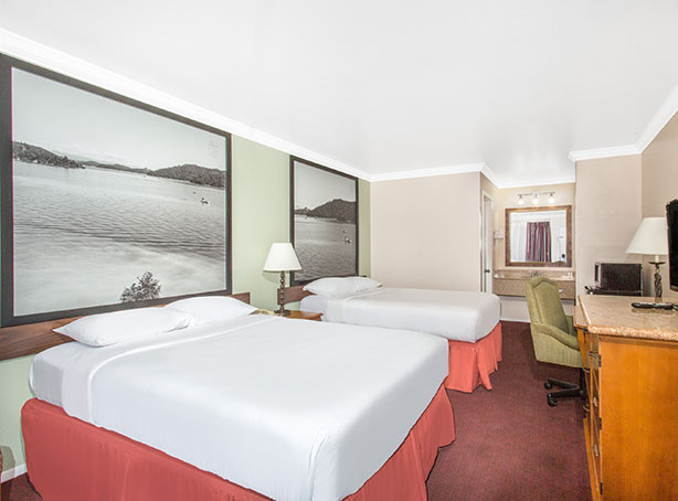 WELL-APPOINTED GUEST ROOM WITH MODERN AMENITIES